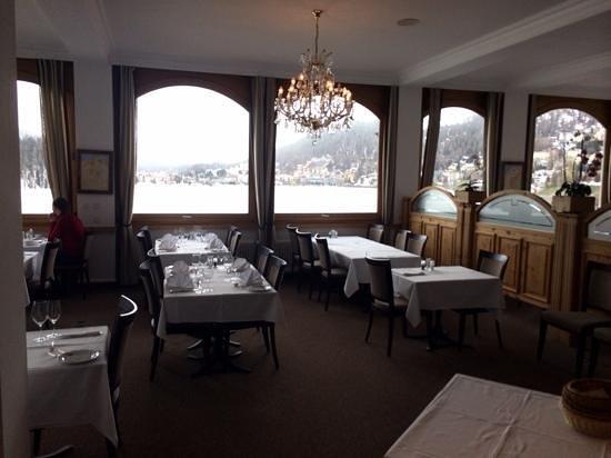 Hotel Waldhaus Am See: la sala da pranzo con vista sul lago