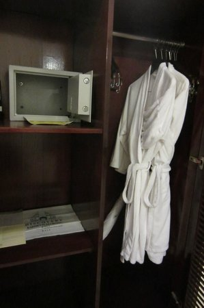 Discovery Kartika Plaza Hotel : old robes with stains on them