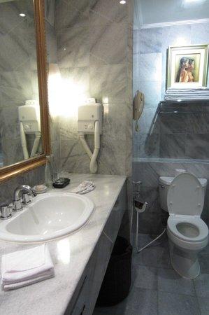 Discovery Kartika Plaza Hotel: bathroom-old hairdryer