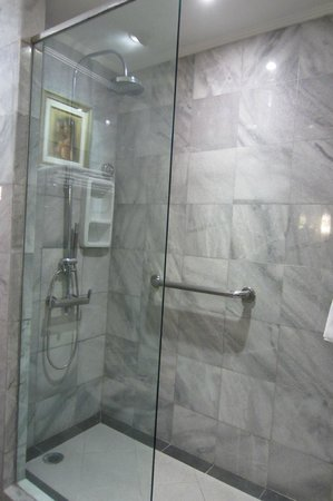 Discovery Kartika Plaza Hotel: shower