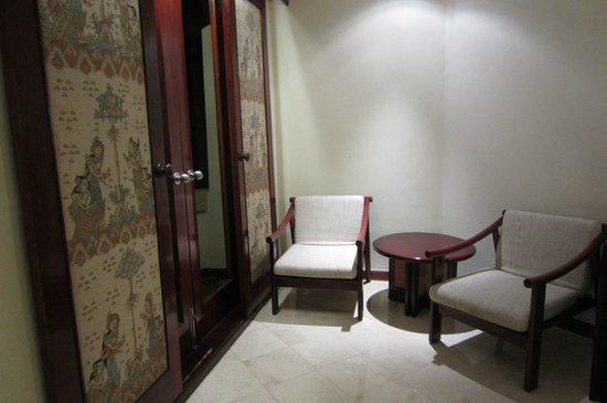 Discovery Kartika Plaza Hotel : room-old furniture