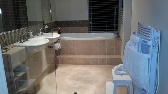 Margaret River Bed & Breakfast: beautiful bathroom with jacuzzi and separate shower. Lots of amenities for your comfort