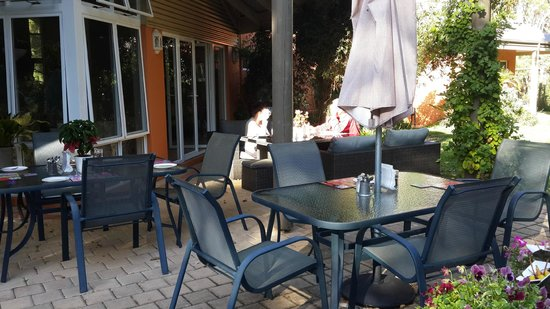 Margaret River Bed & Breakfast: breakfast on the terrace when the weather permits - just lovely