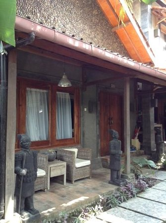 Astuti Gallery & Homestay: villa unit