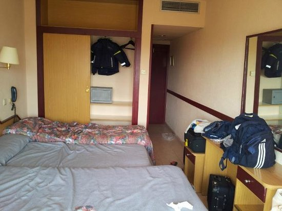 H·TOP Olympic: Room, walk on the bed no space.