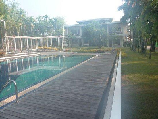 Myanmar Life Hotel: brume de chaleur matinale sur la piscine et vue des chambres