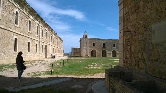 Castillo de San Fernando: Patio de armas