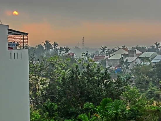 Sunshine Hotel Hoi An: Early morning view from balcony overlooking the surrounding residential area.