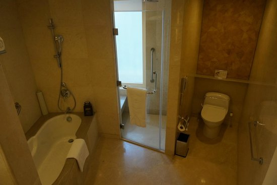 Edsa Shangri-La: Bathroom