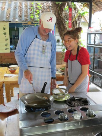 Smart Cook Thai Cookery School : making spring rolls