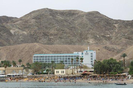 Isrotel Yam Suf Hotel: Вид с моря, пляж отеля(с желтыми лежаками)