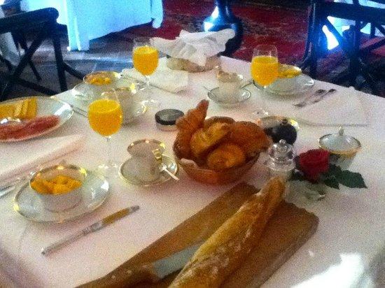 Chateau de Lamothe : Breakfast at the chateau