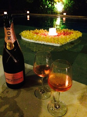The Kunja Villas & Spa: Pool heart set up for Candlelight Dinner