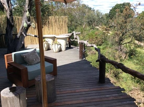 Simbambili Game Lodge: wonderful deck to lounge on