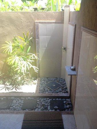 Bay Shore Huts : Outdoor shower