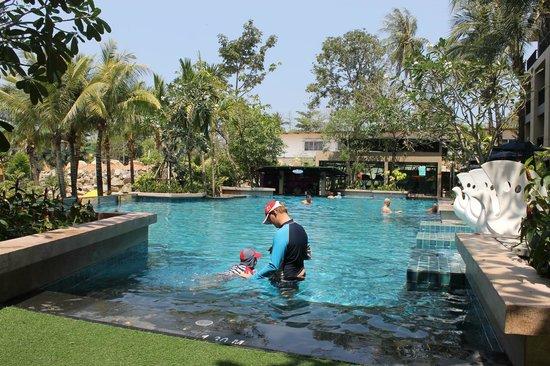 Novotel Phuket Kata Avista Resort and Spa: Top pool with bar