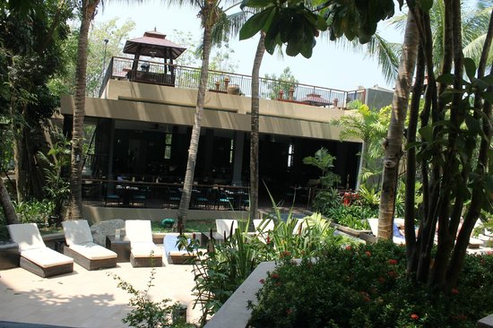 Novotel Phuket Kata Avista Resort and Spa: main restaurant in front of bottom pool