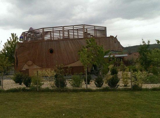 Toulon-sur-Arroux, France: Appartement en bois en forme de vache