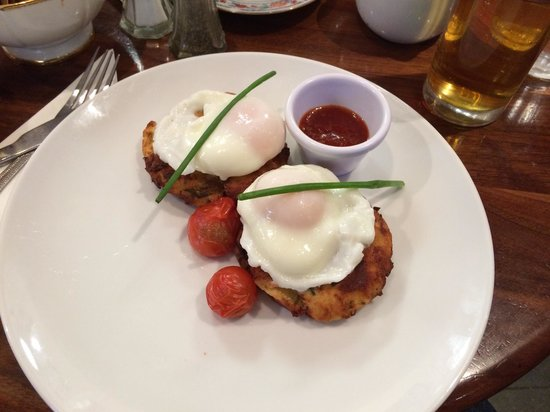 Queen of Tarts : Bacon and leek potato cakes and poached eggs with cherry tomatoes