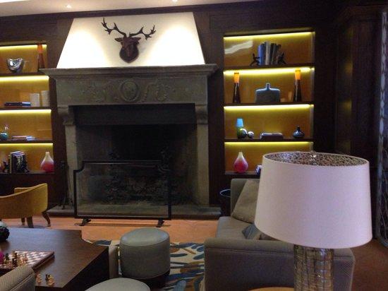 Renaissance Tuscany Il Ciocco Resort & Spa: Camino nel salone
