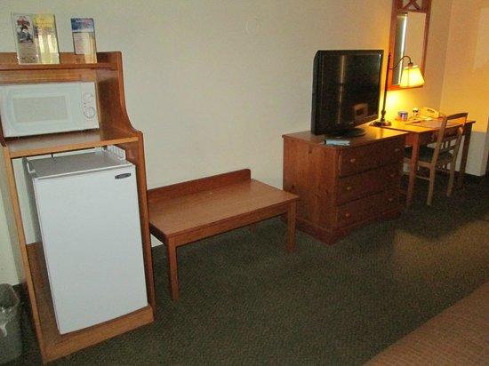 Best Western Plus Ruby's Inn: Kühlschrank, TV, Schreibtisch