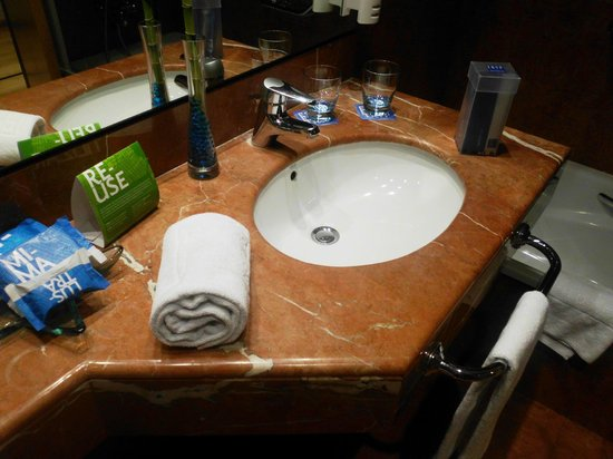 Tryp Valencia Oceanic Hotel: baño