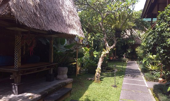 Lumbung Sari Cottages: Территория отеля