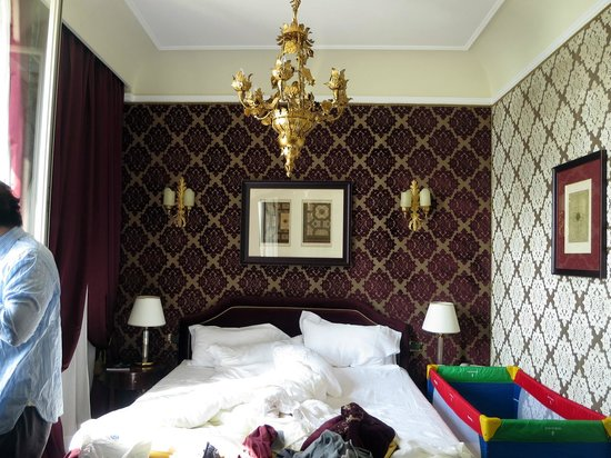 Hotel Londra Palace : Bed and decor