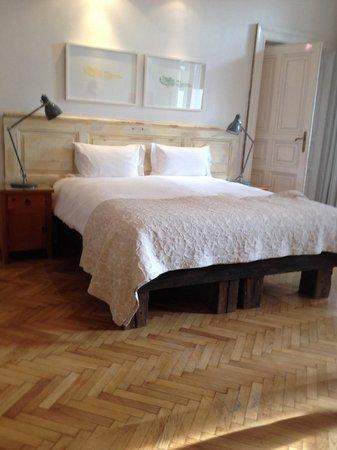 "Brody House: Bett im ""Claret Room"""
