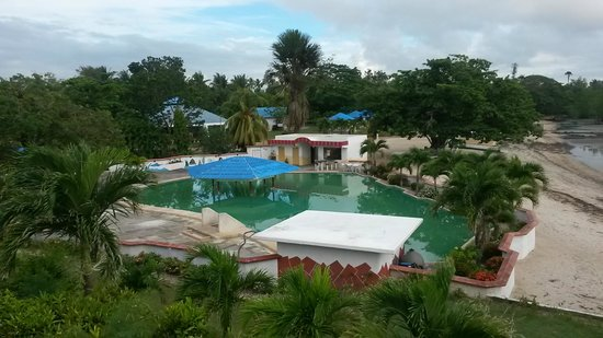 Bonista Beach Resort : Greenish pool and dirty beach at low tide