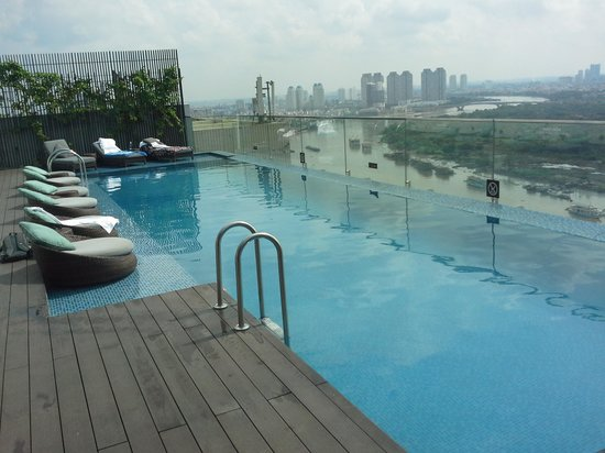 Liberty Central Saigon Riverside Hotel : roof pool