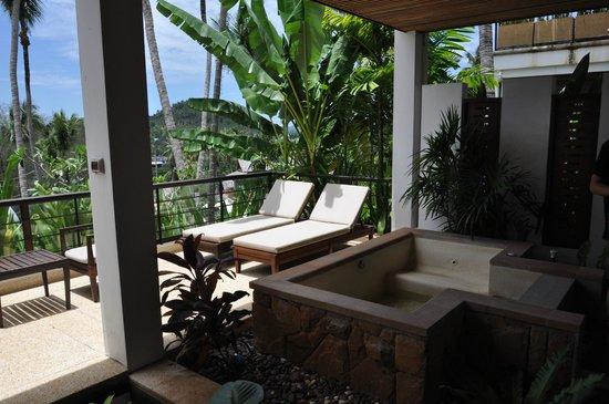 Ayara Hilltops Resort and Spa: Jacuzzi und Balkon