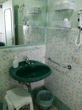 Alle Ginestre Capri Bed & Breakfast: The pretty bathroom