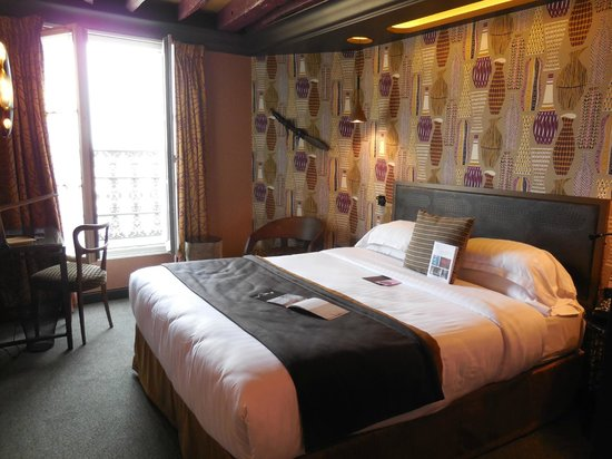 Hotel les Dames du Panthéon : Very nicely refurbished hotel room in African style.