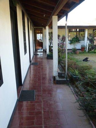 Las Alturas de Puriscal : links liegen die Zimmer