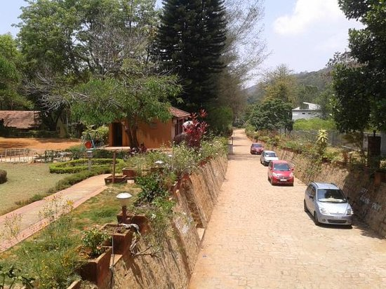 Zeenath Taj Gardens Yelagiri: Car parking area