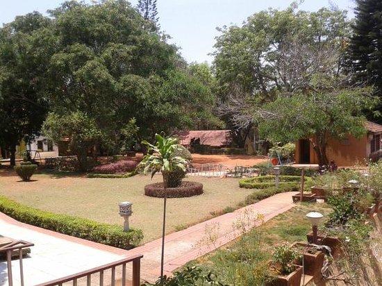 Zeenath Taj Gardens Yelagiri: Space in front of reception