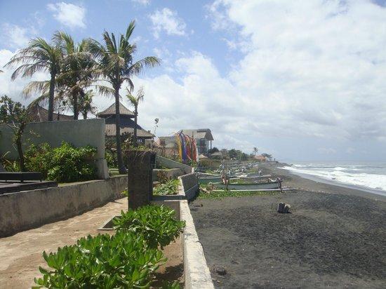 Pandawa Beach Villas & Spa: Black sand beach