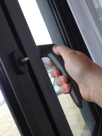 L'Agapa Hotel SPA Nuxe : il fait chaud !!! Pas de clim ?? Alors ouvrons la fenêtre ! Ah, non plus ?
