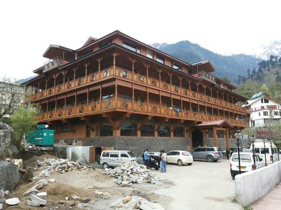 Sandhya Resort & Spa Manali: Outside the resort