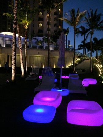 Mövenpick Hotel Mactan Island Cebu: The pool area at nite