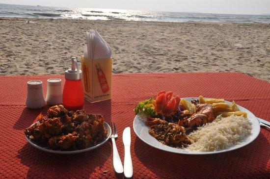 Sam's Goan Beach Shack: Onion pakora (bahjis) and tiger prawns