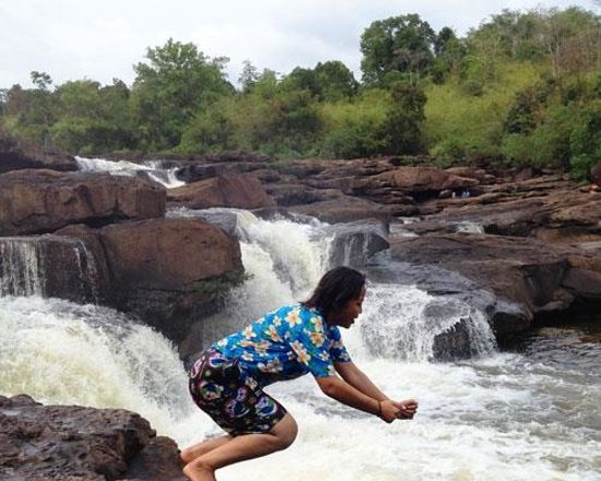 Thmorda Garden Riverside Resort: Swimming fun with our tour guide on the waterfall trip