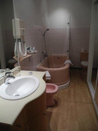 Hostellerie des 7 molles : Salle de bain au carellage rose à l'ancienne
