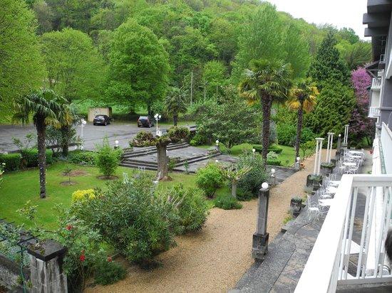 Hostellerie des 7 molles : Vue depuis la terrasse de la chambre vers le jardin de l'hotel
