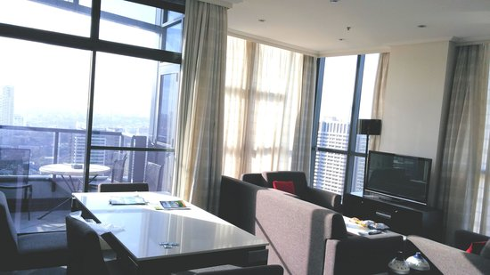Meriton Serviced Apartments Pitt Street : balcony, dining and living area