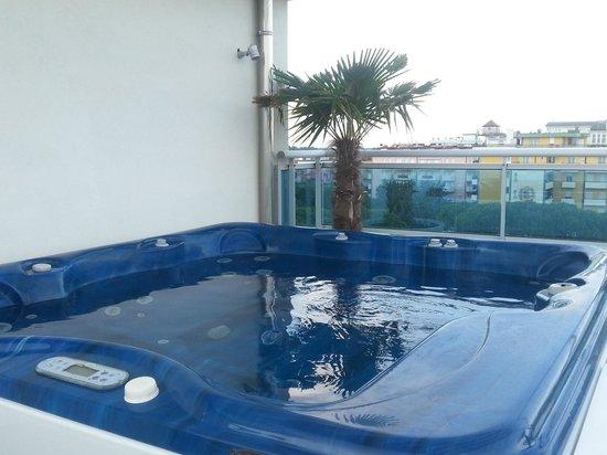 Hotel Tropical : le jacuzzi sur la terrase
