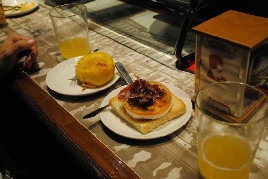 La Mandarra de la Ramos : pincho de bomba de patata (picante) y de rulo de cabra con tomate