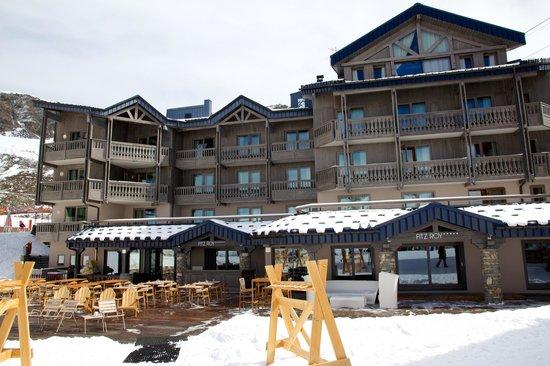 Hotel FitzRoy: L'hôtel et sa terrasse, côté pistes