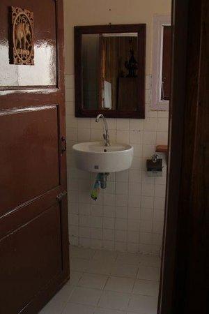 Golden Empress Hotel: bathroom